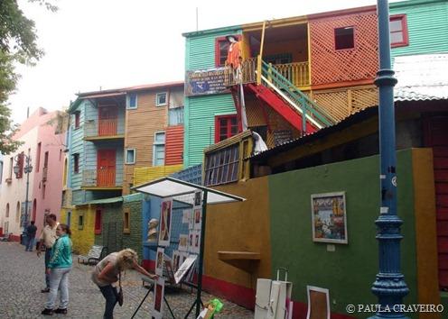 Nessa viela em Caminito, alguns artistas expõem suas obras aos turistas