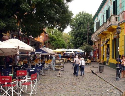Rua com diversos restaurantes e bares em Caminito