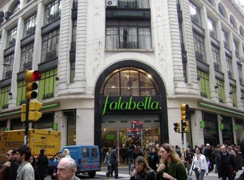 Essa loja Falabella (esquina) é especializada em cosméticos e perfumes. Tem outra que é especializada em produtos para casa, e a terceira, em eletrônicos, produtos para casa e roupas.